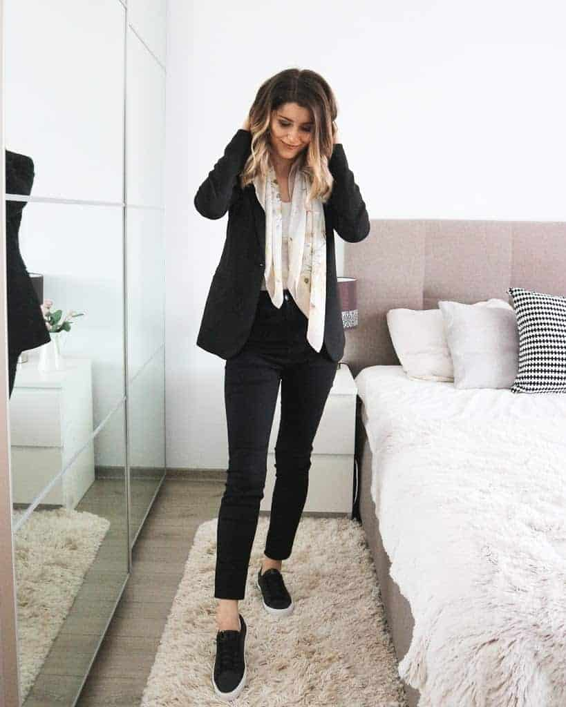 fashion blogger spring outfit pose